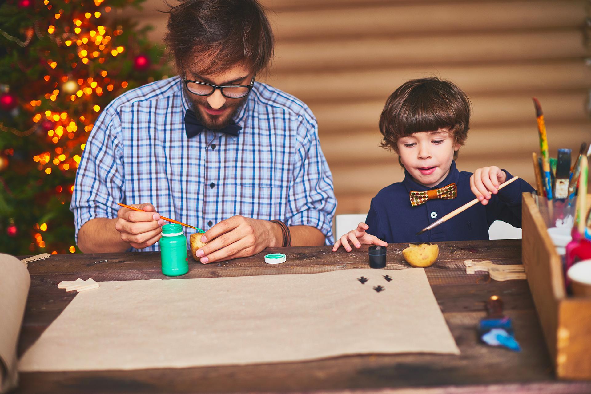 Papà che gioca con il suo bimbo a Natale